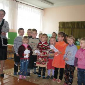 Kinder überreichen Puppen